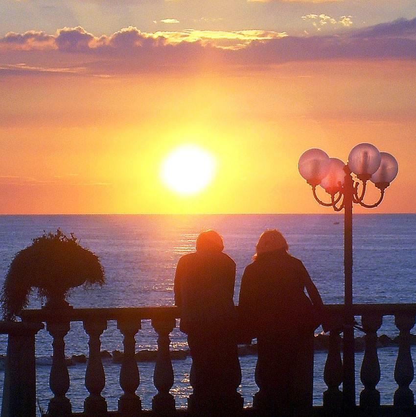 tramonto sul mare con silouette foto di tramonto al mare tramonti nuvole lampione