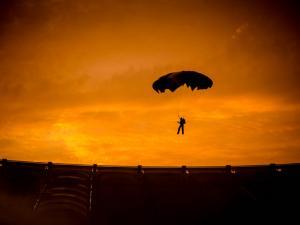 foto di tramonto tramonto Paracadutista al tramonto a Roma
