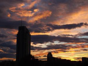 foto di tramonto tramonto Un tramonto dietro la torre prima della tempesta a Latina