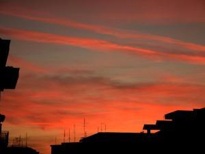foto di tramonto, tramonto tramonto Rosa sulla città a Latina
