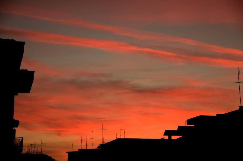 un tramonto rosa sulla città
