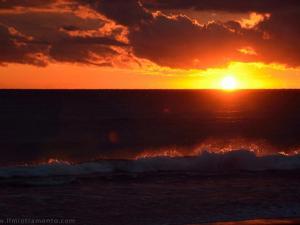 foto di tramonto tramonto tramonto tra le onde a Latina