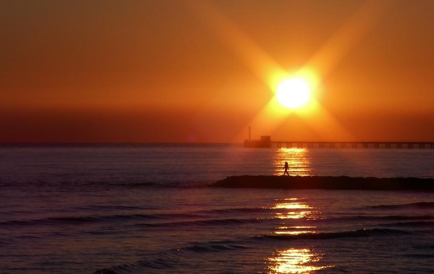 Tramonto sul mare Camminando al tramonto foto di tramonti