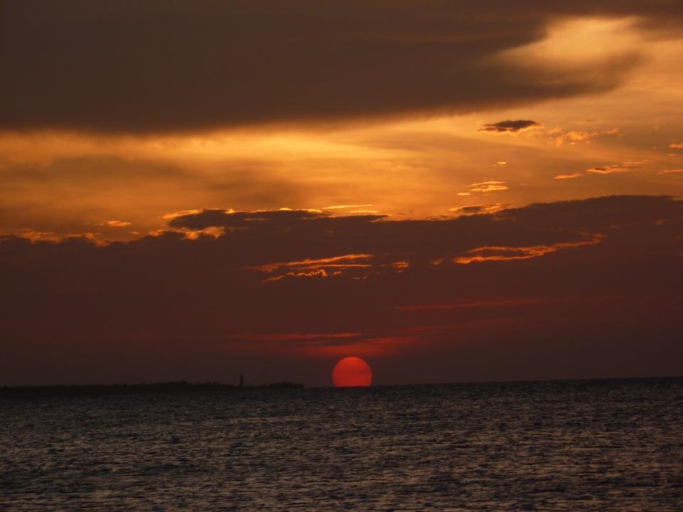 Tramonto sul mare un fantastico tramonto sul mare da zanzibar Africa ocenao indiano nuovle immagin di tramonto