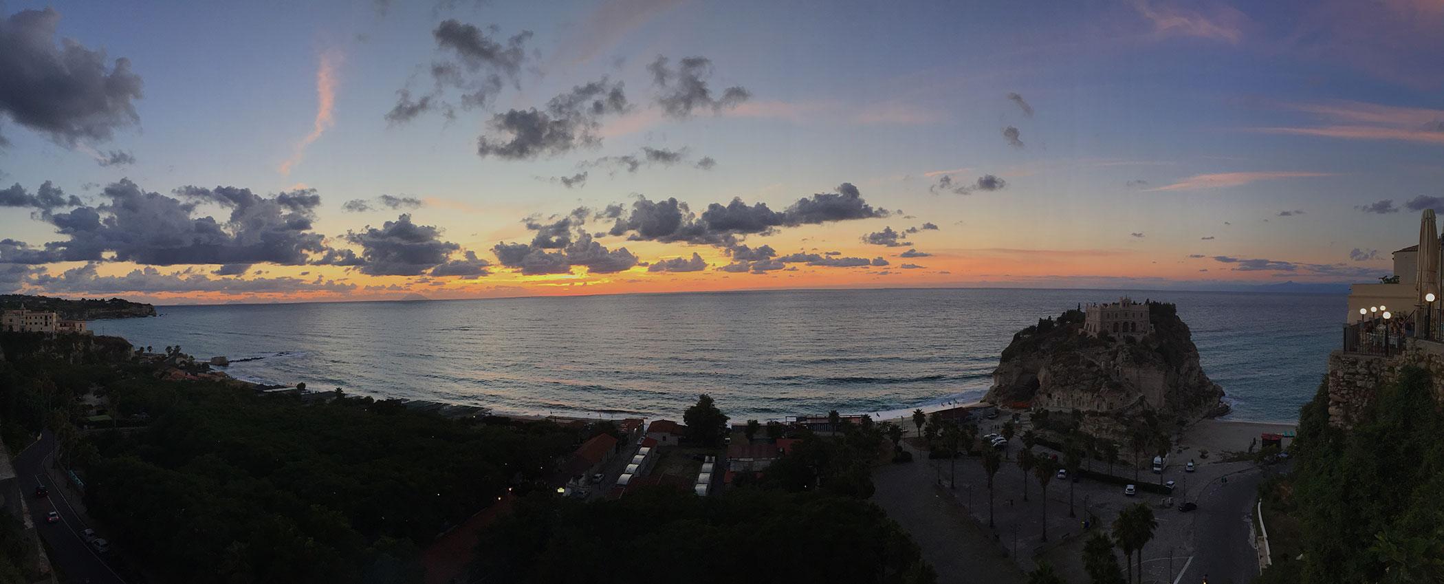 tramonto bellissimo sul mare da Tropea in Calabria foto di tramonti sul mare tramonti da Tropea tramonti bellissimi immagini di tramonti sul mare in calabria Stromboli al tramonto in vacanza